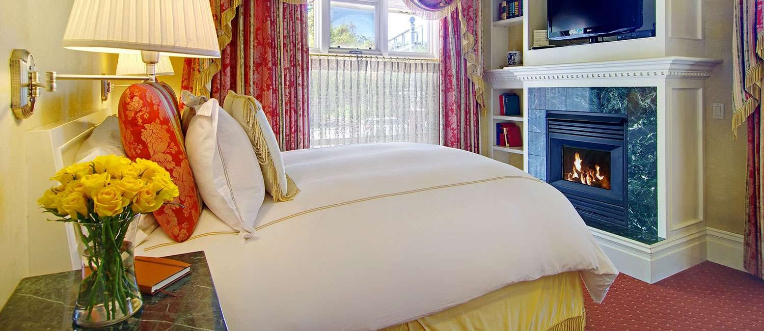 RELAX  AND FEEL LIKE ROYALTY IN AN ELEGANT SUITE